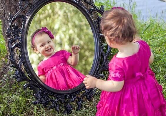 menina-se-olhando-no-espelho