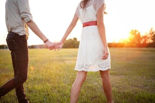 casal-passeando-pelo-campo