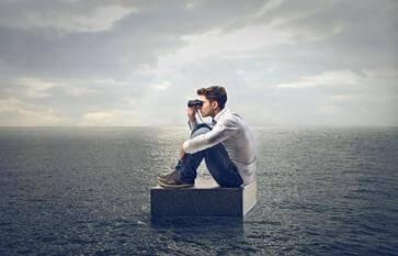 homem-binoculo-no-mar