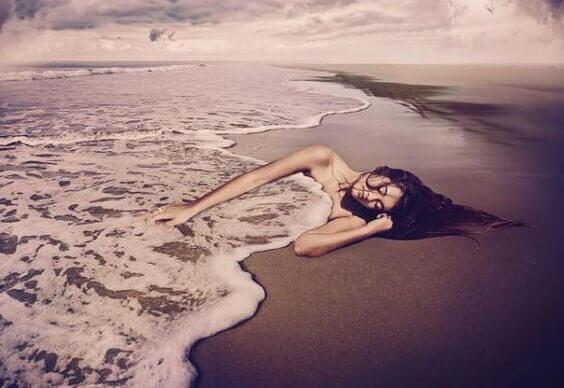 mulher-coberta-pelo-mar
