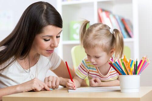 mae-ensinando-filha-escrever