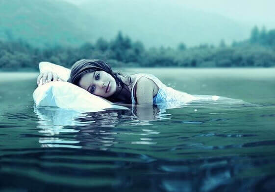 mulher-deitada-travesseiro-em-rio