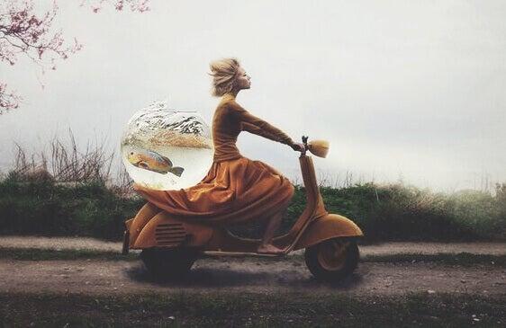 menina-andando-em-lambreta-com-peixe