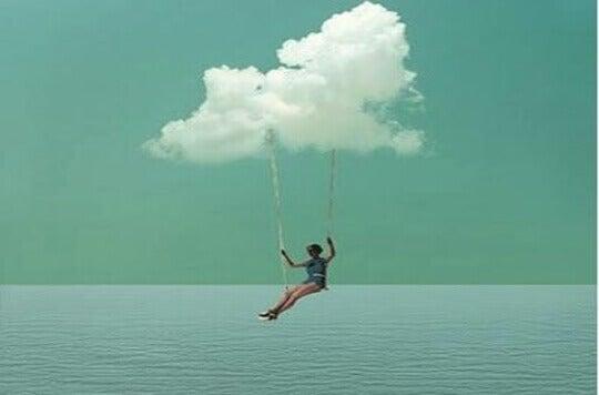 mulher-se-balancando-em-nuvem