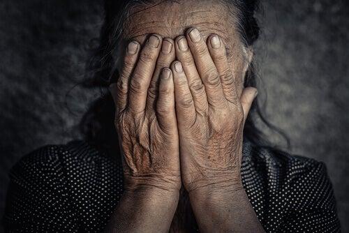 Que relação há entre as emoções negativas e a dores crônicas?