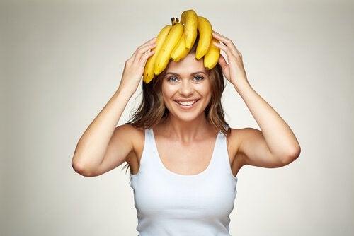 mulher-com-banana-na-cabeca