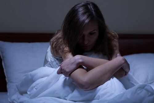 mulher-com-insonia-preocupada