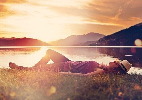 mulher-dormindo-a-beira-de-lago