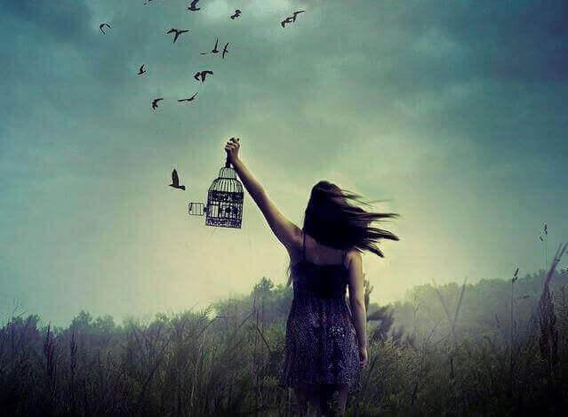 mulher-libertando-passaros