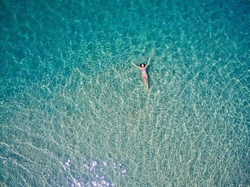 mulher-flutuando-no-mar