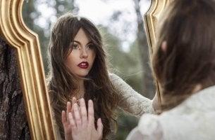 Sentei-me na frente do espelho para falar com meu reflexo