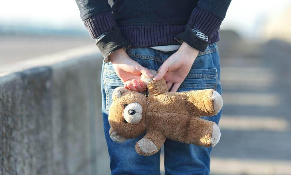 crianca-segurando-ursinho