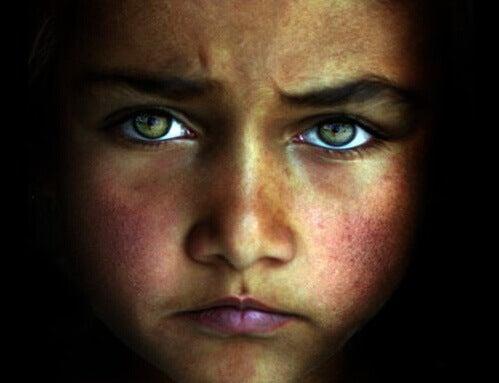 Criança com dificuldade de se relacionar com os pais