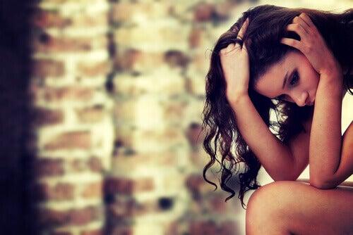 Mulher sentindo culpa por deixar relacionamento