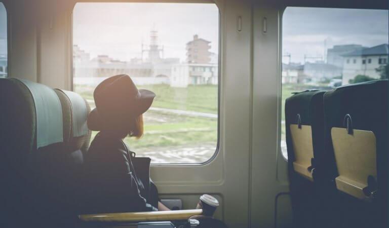 Mulher observando janela em trem