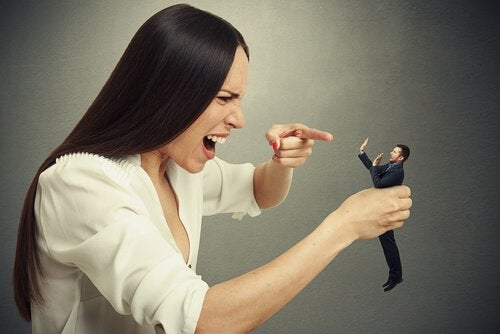 mulher-brigando-com-homem