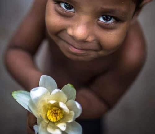 Criança agradecendo