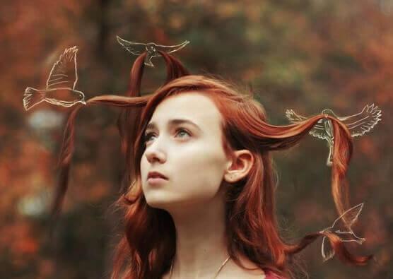 Passarinhos desenhados segurando cabelo de menina