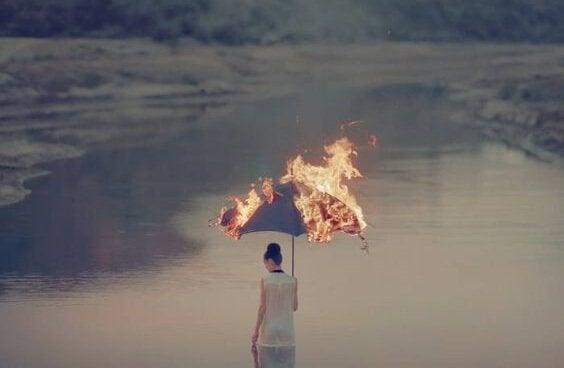Mulher com guarda-chuva pegando fogo