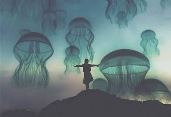 mulher-em-meio-a-aguas-vivas-voando