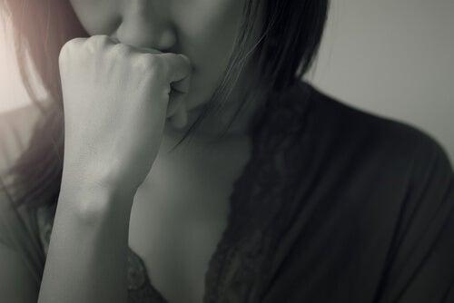 Mulher assombrada por seus arrependimentos