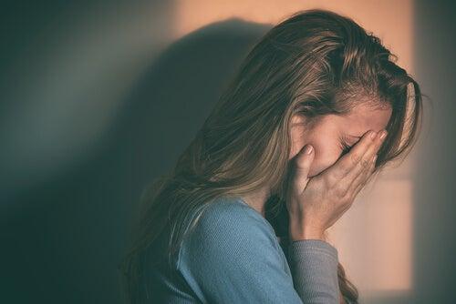 mulher sentindo arrependimento