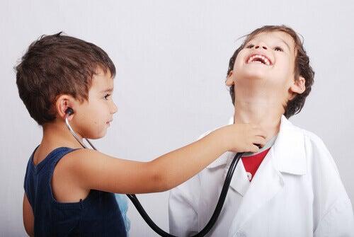 Crianças brincando de médico