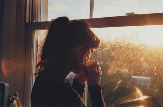 Mulher introvertida tomando café