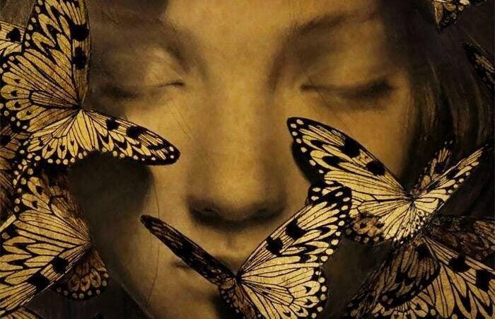 Menina de olhos fechados com borboletas