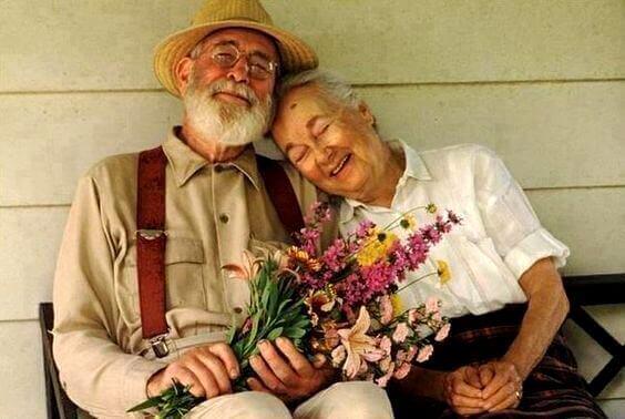 Casal de pessoas idosas e felizes