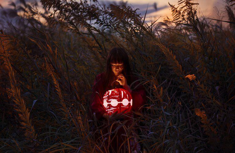 Mulher com lanterna japonesa