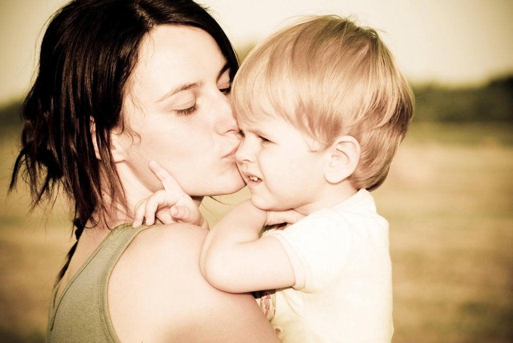 Mãe beijando seu filho pequeno