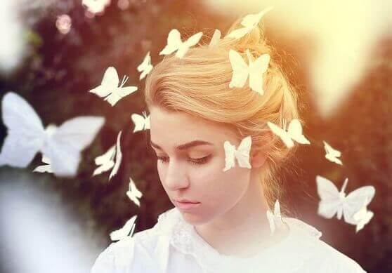 Jovem com borboletas voando