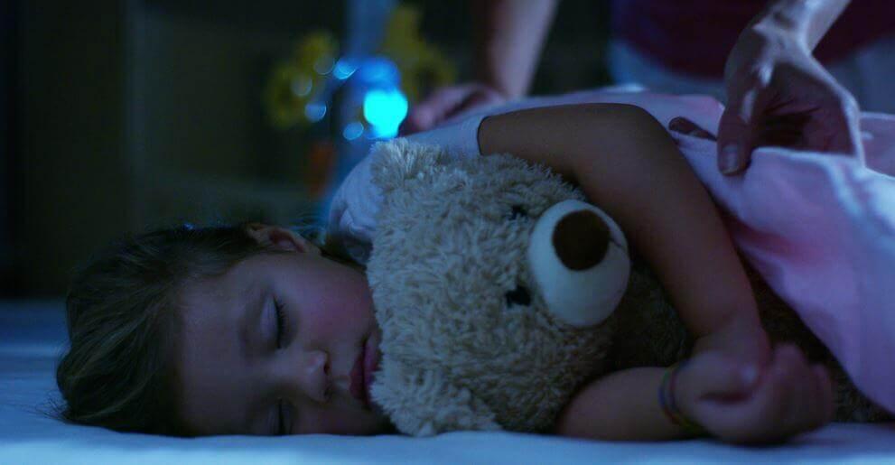 Menina dormindo para consolidar o aprendizado