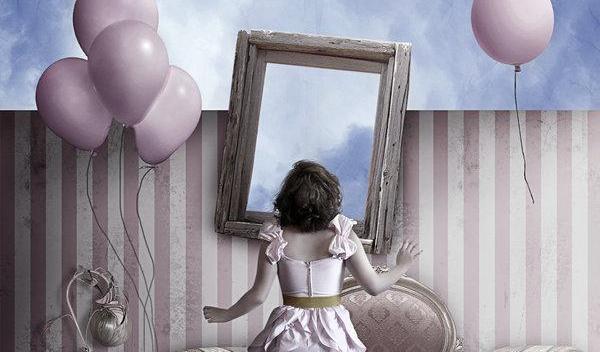 Mulher olhando-se em espelho com balões voando