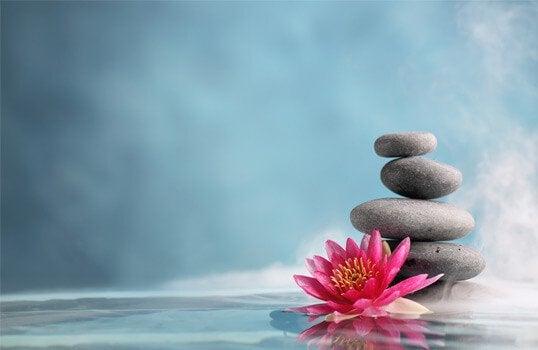 Pedras equilibradas representando tranquilidade