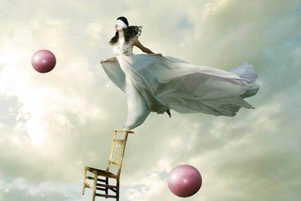 Mulher voando com olhos vendados