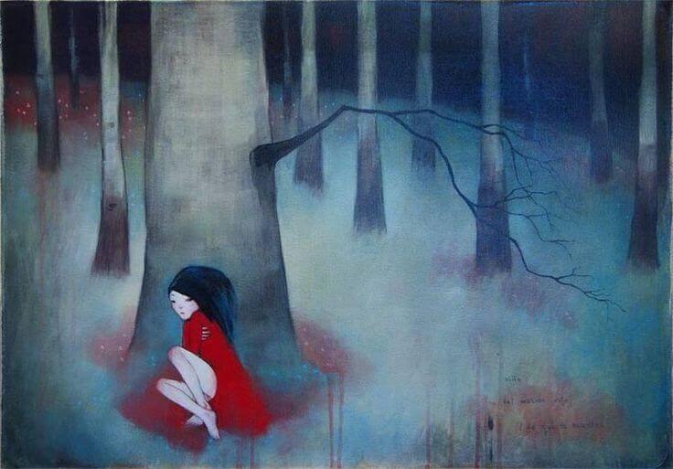 Mulher sozinha na floresta
