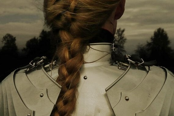 mulher-vestindo-armadura