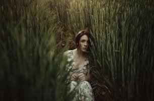 Mulher que sofre de dependência emocional
