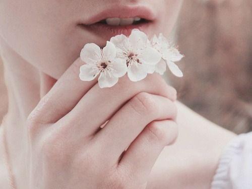 Mulher com flores recebidas de pretendente