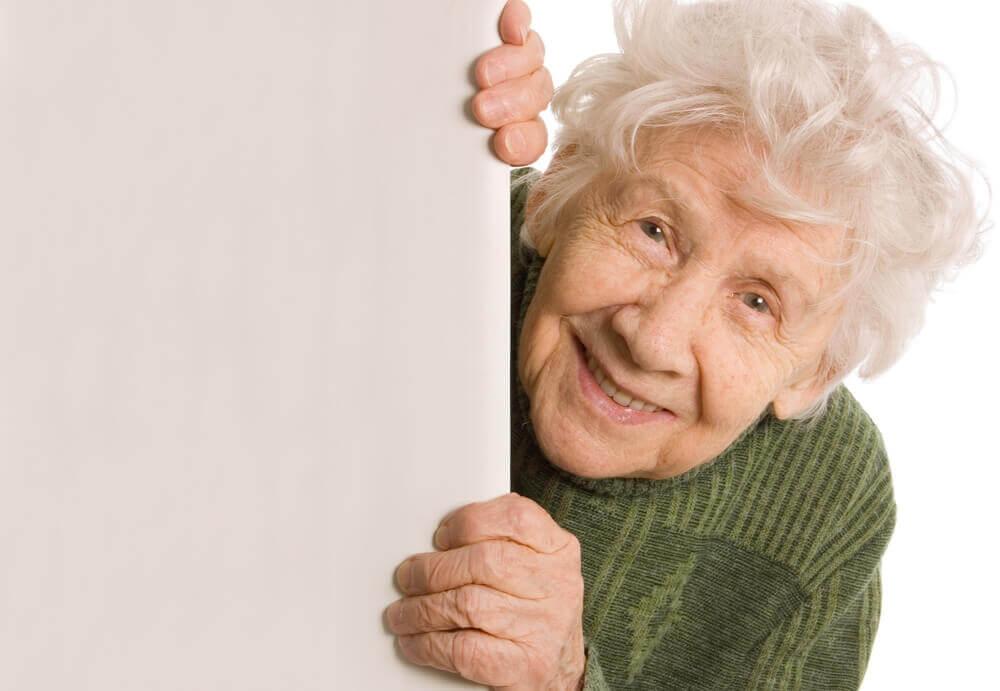 Mulher idosa bem-humorada