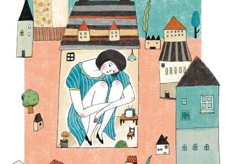 mulher-gigante-em-casa-pequena