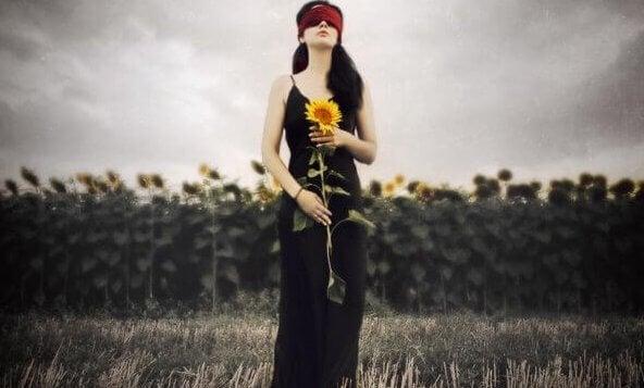 mulher-segurando-girassol