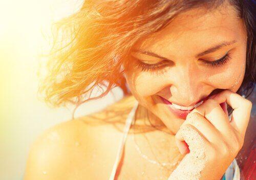 mulher-feliz-mesmo-sem-vida-perfeita