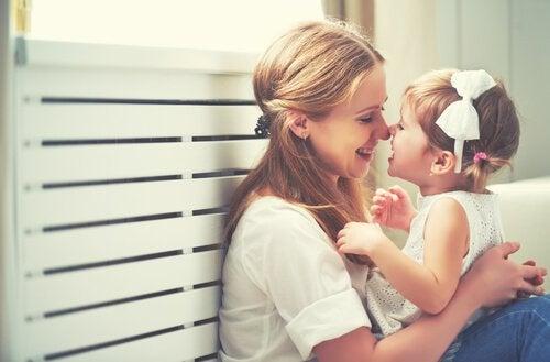 Mãe cuidando de filha que não tem pai