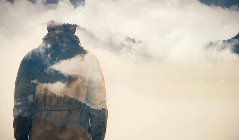 Homem em meio a nuvens e neblina
