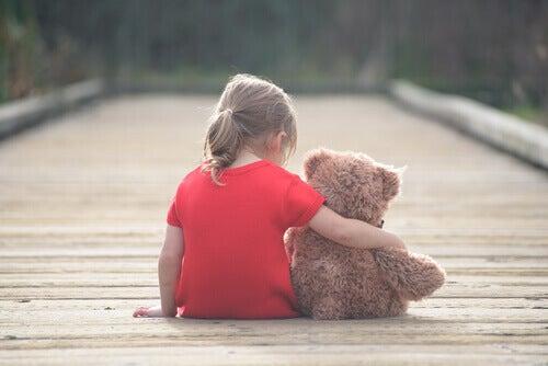 Menina com seu ursinho de pelúcia