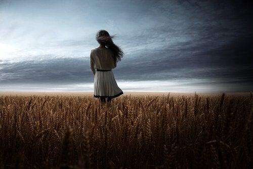 Mulher em campo de trigo
