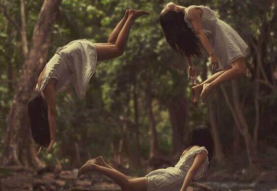 Mulher voando em círculos